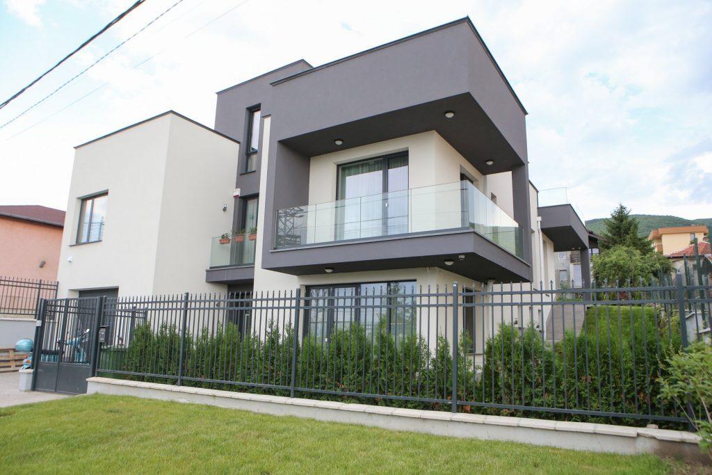Оборудвана къща с алуминиеви системи за прозорци Alumil